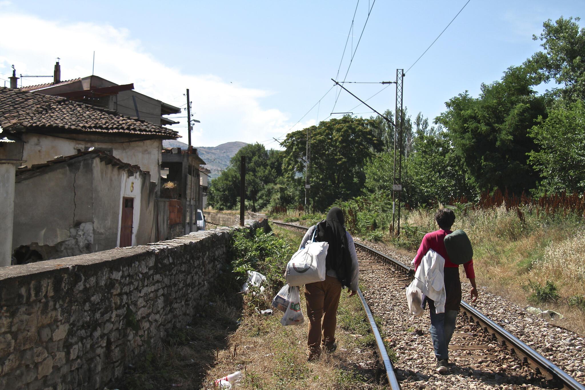 Des migrants sur la voie ferrée à Veles.
