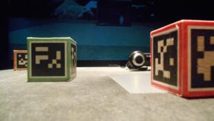 «Levelhead», un jeu de mémoire en réalité augmentée avec des cubes équipés de QR codes dans l'exposition «Playtime» aux Champs libres de Rennes.