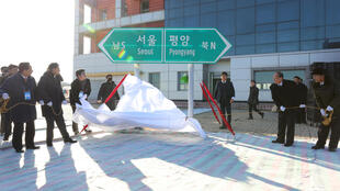 Les officiels sud-coréens et nord-coréens, à la gare de Panmun, en Corée du nord, le 26 décembre 2018.