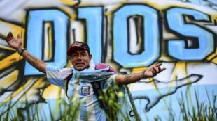 Fã do lado de fora da Casa Rosada esperando entrar para prestar uma última homenagem a  Armando Maradona em Buenos Aires, 26 de novembro de 2020.