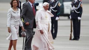 Le pape Benoît XVI a été accueilli par le roi Juan Carlos et la reine Sofia à Madrid , le 18 août 2011.
