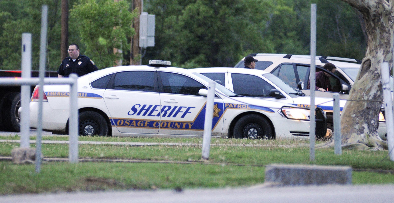 Cảnh sát Tulsa, tiểu bang Oklahoma đang truy lùng sát thủ bắn chết ba người và làm bị thương hai người khác