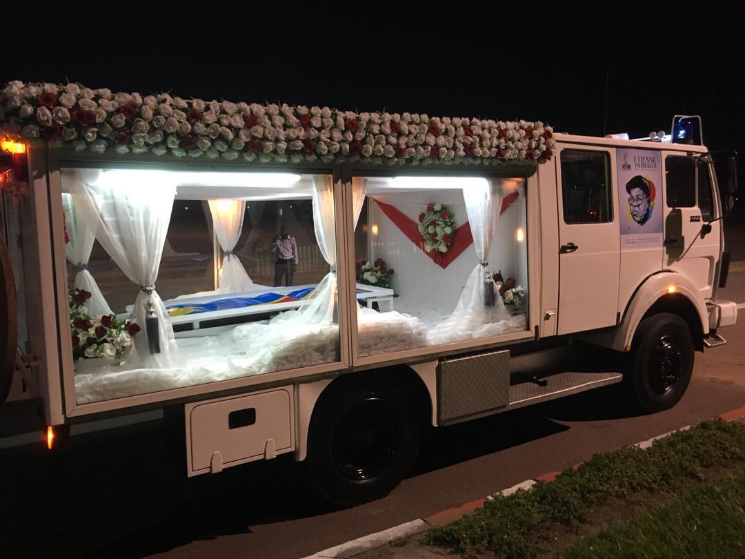 Le corbillard devant transporter la dépouille mortelle d'Étienne Tshisekedi, sur la piste de l'aéroport de Kinshasa. Les vitres sont transparentes afin de permettre aux Congolais de voir le cercueil lors de son transport vers Limete.