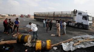 A Bassora, une ville pétrolière, les manifestants ont coupé des routes en brûlant des pneus, le 18 novembre 2019.