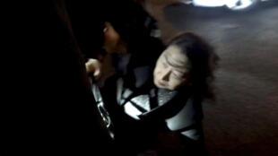 La ministre hongkongaise de la Justice Teresa Cheng est tombé lorsqu'un groupe de manifestants l'entourait à Londres le 14 novembre 2019.