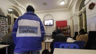 Un employé du Samu social dans un centre d'hébergement de l'organisation à Paris, le 9 janvier 2017. (Photo d'illustration)