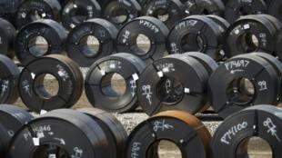 Des bobines d'acier dans un chantier de l'aciérie ArcelorMittal Dofasco à Hamilton, Canada.