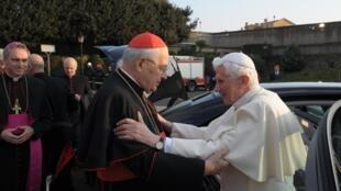 Benedito 16 com o cardeal Angelo Sodano deixa o Vaticano nesta quinta-feira (28).