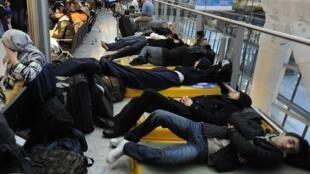 Viajantes dormem no corredor do Terminal 5 do aeroporto de Heathrow, em Londres, em 21 de dezembro de 2010