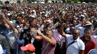 Des manifestants de l'opposition défilent dans les rues d'Antananarivo, la capitale de Madagascar, le 23 avril 2018.