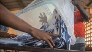 Comptage des voix dans un bureau de vote de Lomé.
