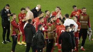 los jugadores de Macedonia del Norte celebran su sorprendente triunfo ante Alemania, en Duisburgo, el 31 de marzo de 2021