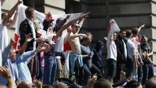 Manifestantes del grupo británico de extrema derecha Liga de Defensa Inglesa (EDL), frente a la residencia del Primer Ministro, en Londres, el 27 de mayo de 2013..