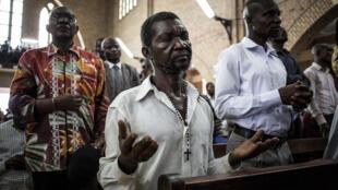 Un fidèle prie lors de l'office dédié à la mémoire des victimes de la répression du 31 décembre, le janvier 2018 à Kinshasa.