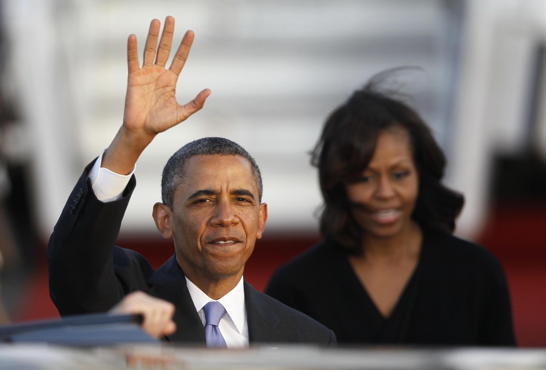 Barack Obama salue la foule lors de son arrivée à l'aéroport de Berlin, mardi 18 juin au soir.