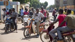 A Ouagadougou, des jeunes volontaires apportent leur aide pour rendre fluide la circulation surtout en cas de coupures d'électricité ou pannes des rares feux tricolores.