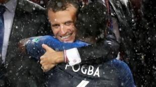 Tổng thống Emmanuel Macron ôm hôn tiền vệ Paul Pogba tại lễ trao Cúp vàng Vô địch Bóng đá 2018, tại sân vận động Luzhniki, Matxcơva, ngày 15/07/2018.