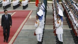 Le Premier ministre français passe en revue la garde d'honneur lors d'une cérémonie d 'acceuil au palais présidentiel d'Hanoï, le 12 novembre 2009.