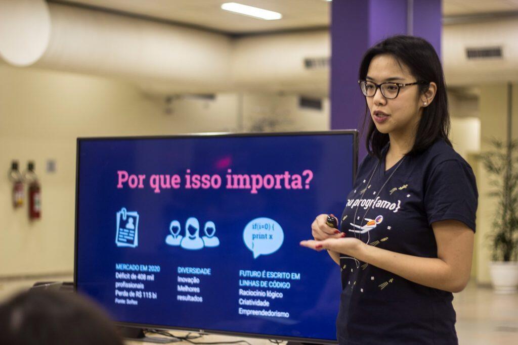 Iana Chan, fundadora da PrograMaria, no Curso Eu ProgrAmo.