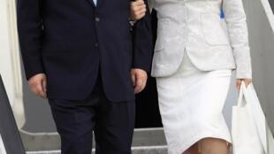 Presidente chinês Xi Jinping e esposa à chegada ao aeroporto em Dar es Salaam 24 de Março 2013.