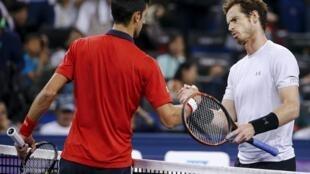 Cây vợt Andy Murray của Anh (phải) chúc mừng Novak Djokovic (trái), Thượng Hải, Trung Quốc, 17/10/2015.