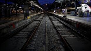 Greve na França deixam as estações de trens vaziam.