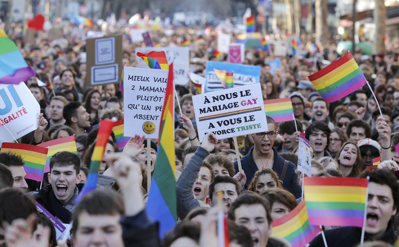 Manifestantes durante a passeata de apoio ao casamento gay em 27 de janeiro em Paris