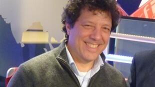 Elías Crespín en los estudios de RFI