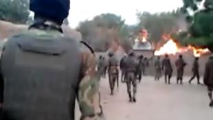 Capture d'écran de la vidéo où l'on voit des hommes en tenue militaire exécuter une dizaine de personnes allongées au sol, à Achigachia, dans l'Extrême Nord du Cameroun, en 2015.
