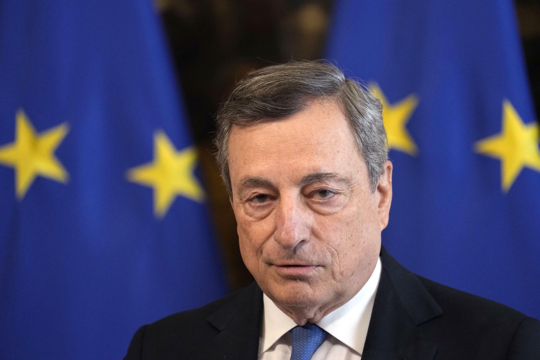 Mario Draghi escucha una pregunta durante la rueda de prensa que dio con la canciller alemana, Angela Merkel, el 7 de octubre de 2021 en Roma