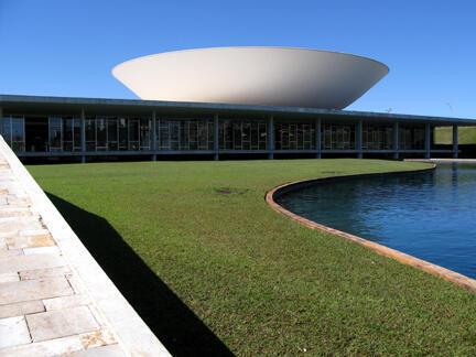 Arquitetura futurista de Brasília, cidade tombada pelo Patrimônio Cultural da UNESCO .