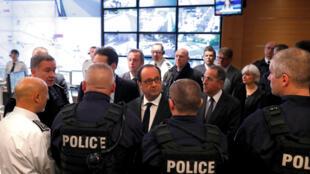 法国总统奥朗德在香街恐袭案后第二天与警察见面。2017年4月21日