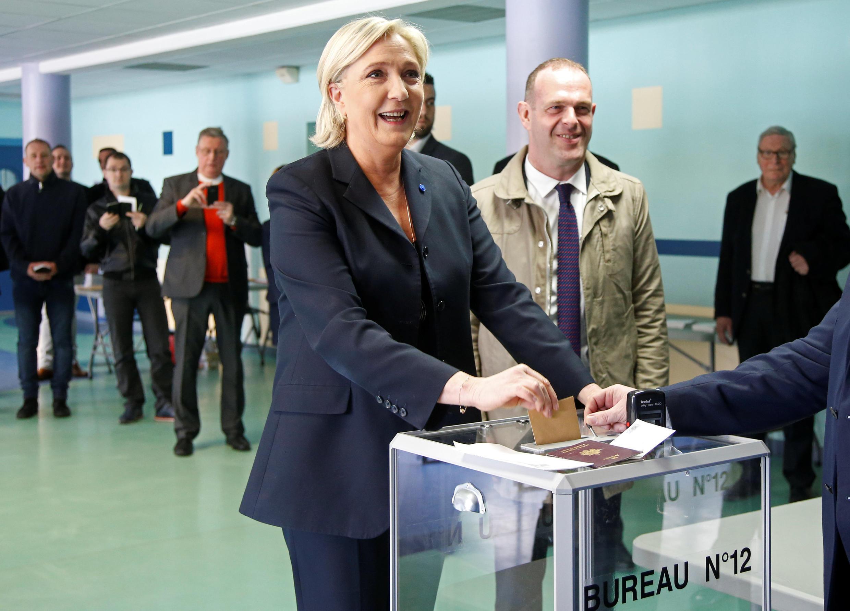 """مارین لوپن، نامزد حزب """"جبهه ملی"""" در پاریس رأی داد."""