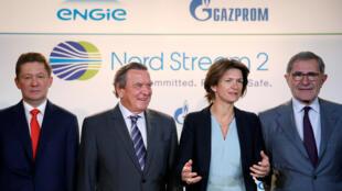 Le patron de Gazprom Alexei Miller (g) aux côtés de l'ex-chancelier allemand Gerhard Schröder, Isabelle Kocher PDG d'Engie,  Gérard Mestrallet, président du conseil d'administration d'Engie, lors de la signature de l'accord, à Paris, l le 24 avril 2017.