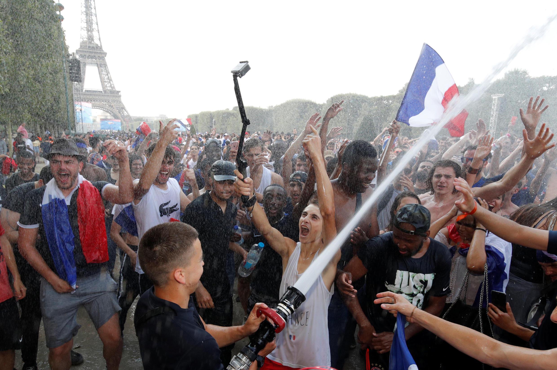 Фан-зона на Марсовом поле в Париже после победы Франции