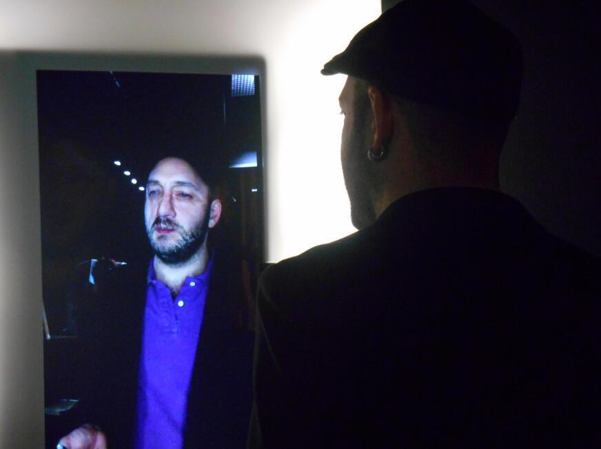 Marc Atallah, directeur de la Maison d'ailleurs en Suisse qui a conçu l'exposition «Playtime» se prête au jeu de «Faces», une installation interactive de Arturo Castro et Kyle McDonald.