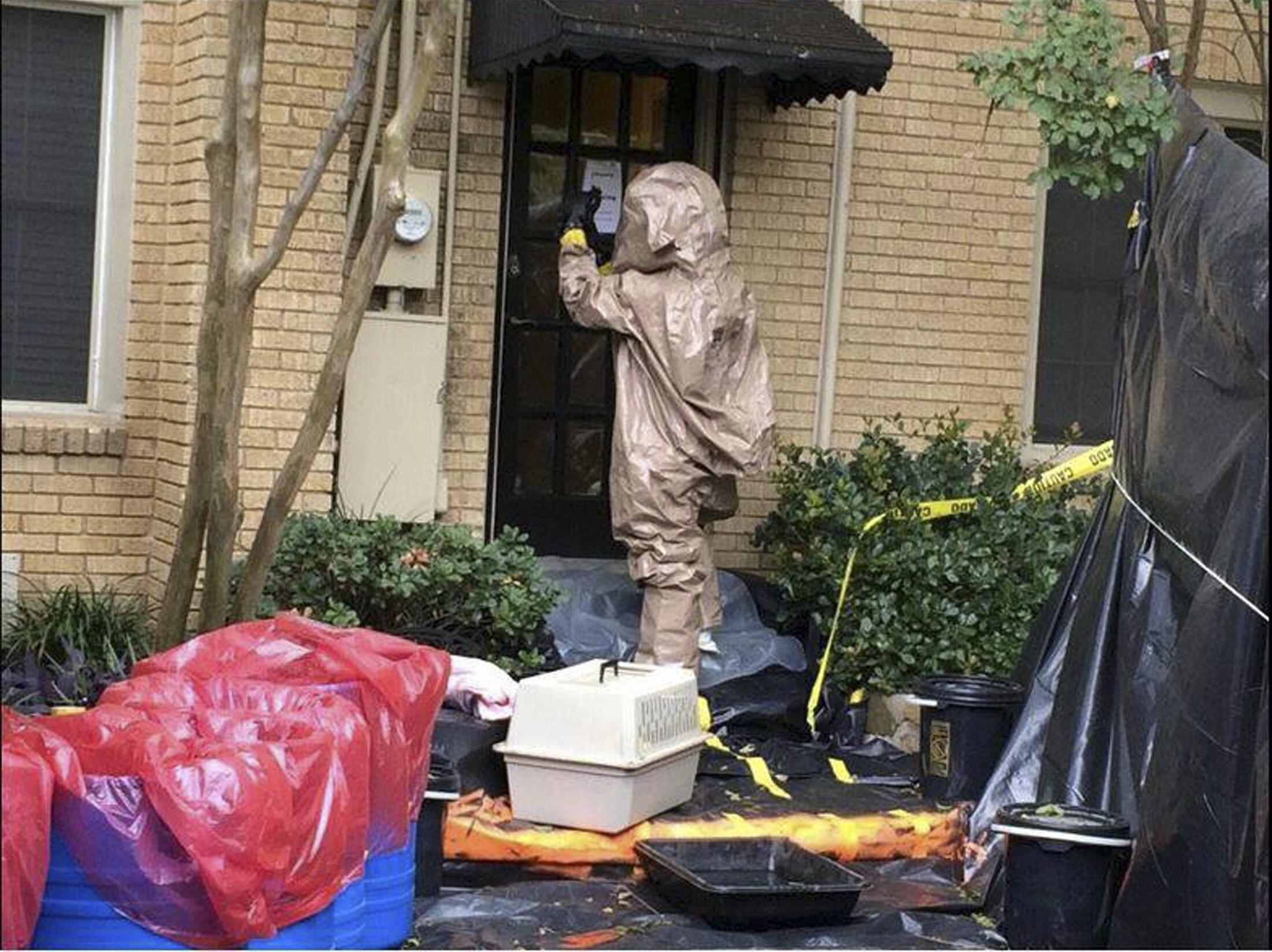 Autoridades sanitárias do Texas desinfectam a casa da enfermeira Nina Pham, primeira pessoa a contrair o ebola nos Estados Unidos.