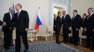 Глава МИД Франции Жан-Ив Ле Дриан (слева) надеется, что недавняя встреча Владимира Путина и Эмманюэля Макрона в Стрельне (на фото) поможет прогрессу в реализации Минских соглашений