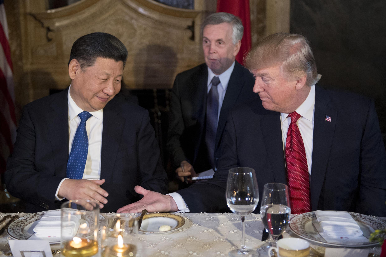 Donald Trump (à direita) e o presidente Xi Jinping trocam um aperto de mãos no resort de Mar-a-Lago, uma das propriedades do bilionário americano em West Palm Beach, na Flórida.