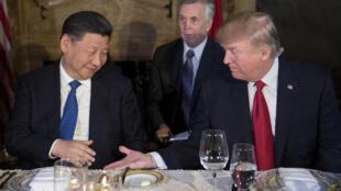 Tổng thống Mỹ Donald Trump (P) và chủ tịch Trung Quốc Tập Cận Bình trong buổi dạ tiệc tối 06/04/2017, tại Mar-a-Lago, Florida.