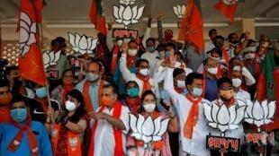 Les supporters du BJP de Narendra Modi célèbrent leur victoire le 10 novembre 2020 dans le Bihar.