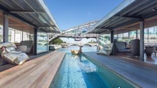 """Hotel flutuante """"Off Paris Seine"""" tem uma piscina de dez metros de comprimento."""