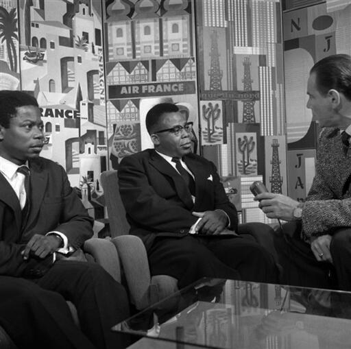 Joseph Kasa-Vubu (c), président de la RD Congo, Justin Bomboko, le 7 novembre 1960. Justin Bomboko sera ministre des Affaires étrangères dans le gouvernement de Patrice Lumumba.