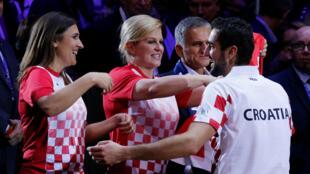 Tổng thống Croatia chúc mừng tay vợt Marin Cilic sau khi chiến thắng tay vợt Lucas Pouille của tuyển Pháp tại Cúp Davis trên sân Pierre Mauroy, Lille, ngày 25/11/2018.
