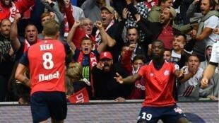 Xeka (esquerda), médio português, apontou o primeiro golo frente ao Guingamp (3-0) e festejou com o seu colega de equipa, o marfinense Nicolas Pépé.