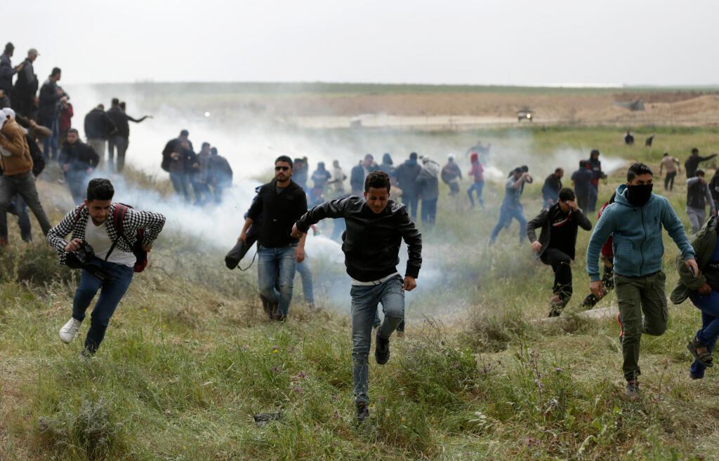巴勒斯坦示威者躲避以色列军方的催泪瓦斯攻击, 2018年3月30日。