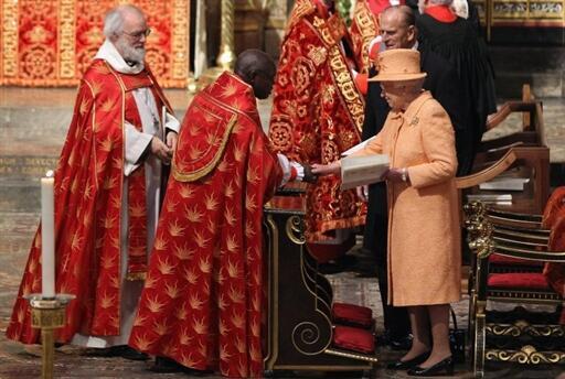 La reine Elisabeth II d'Angleterre et son époux le prince Philip (d) lors de la cérémonie inaugurale du syonde général de l'Eglise anglicane à l'abbaye de Westminster, le 24 novembre 2010.