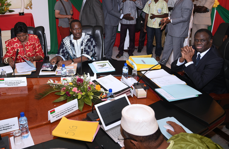 Le président intérimaire Michel Kafando (d) et le Premier ministre Isaac Zida (2e gauche) au premier Conseil des ministres post-coup d'Etat. Ouagadougou, le 25 septembre 2015.