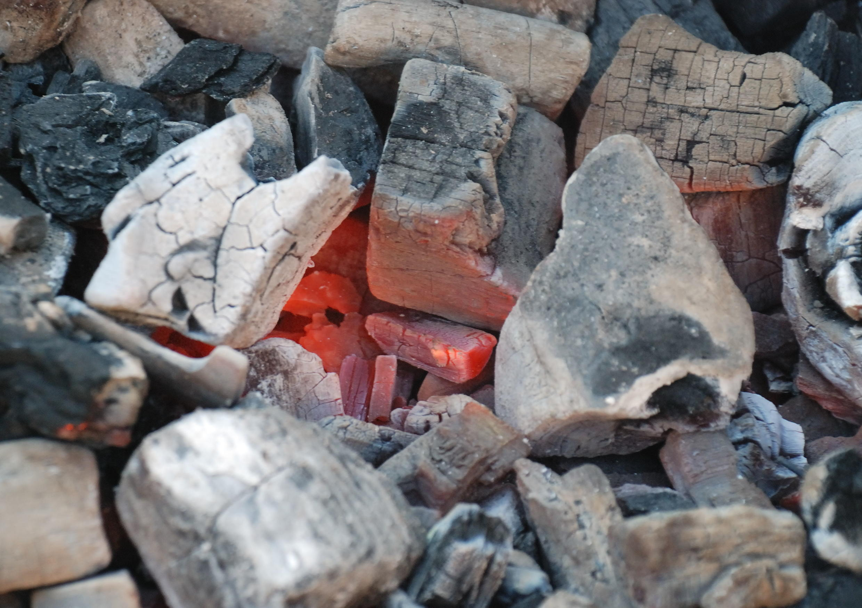 Charbon de bois en cours de combustion.