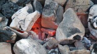 Du charbon de bois en cours de combustion.